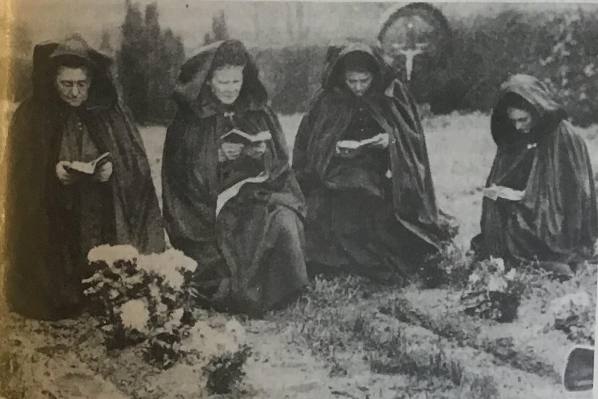 Bloemen en boekje voor het bidden.